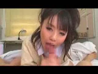 学校の保健室のベッド上で、女子○生が口で激しい奉仕をしてみせる♪