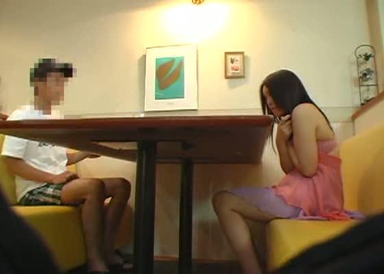 喫茶店で彼女に見せつけエッチを要求する変態彼氏...