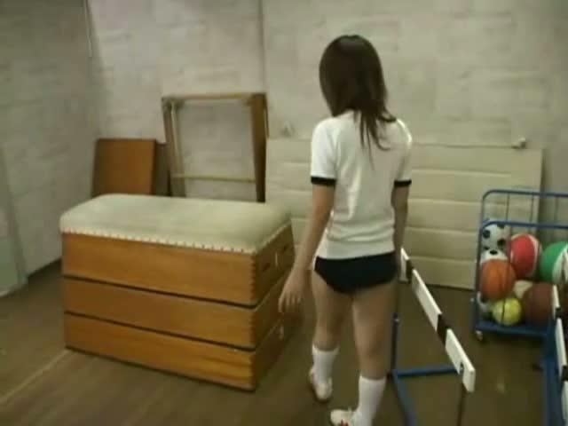 (10代小娘GALのムービー)身体育倉庫でこっそりオナるプリ尻ブルマGAL女子○生ww