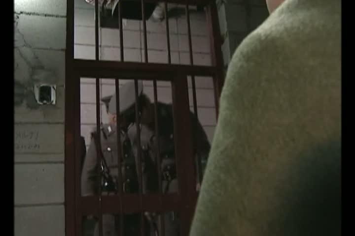 囚人のお姉さんは眼帯が似合う女看守に何か飲まされてしまったようです